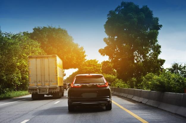 道路上の車の運転