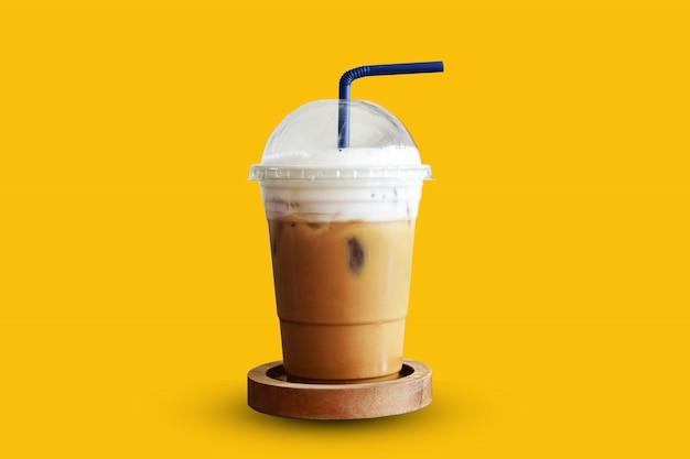 黄色の背景にアイスコーヒー