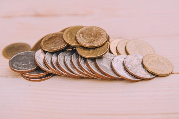 木製のテーブルの上のタイのバーツコイン