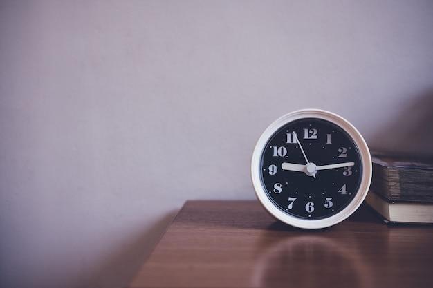 時計は寝室のテーブルの上