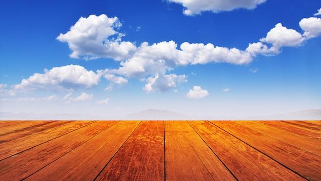 木製のモンタージュ青い空