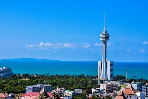 Взгляд высокого угла залива паттайя, чонбури, таиланда, пляжа перемещения и моря в празднике
