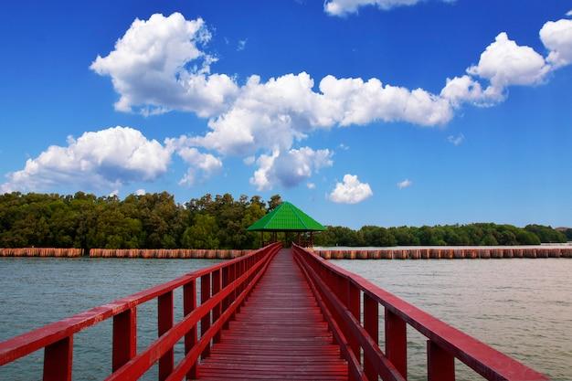 朝の海の青い空を背景に海の景色でロングブリッジ