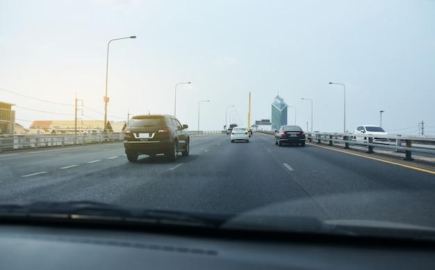 高速道路で運転している車