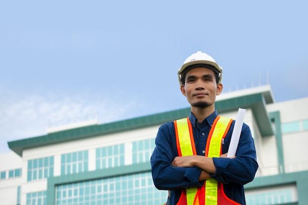 エンジニアは作業中に白い安全帽をかぶっています。
