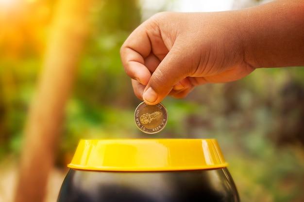 貯金を着てコイン式少年