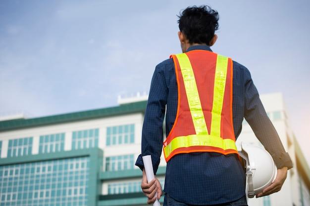 工学は白い安全帽子と電柱の背景を保持します