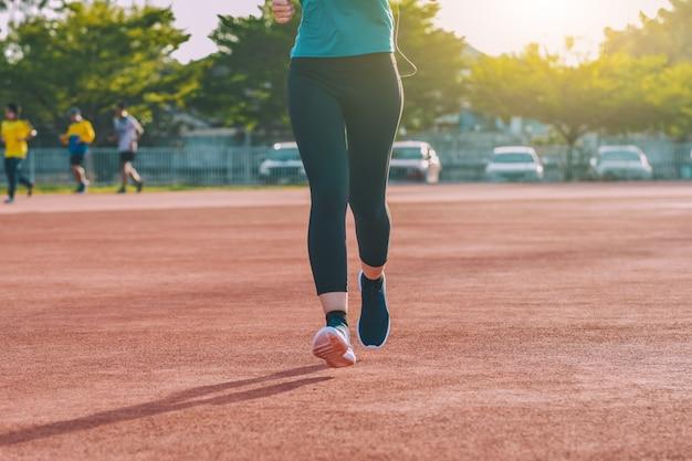 ジョギングや日光で夕方に実行しているランナー女性