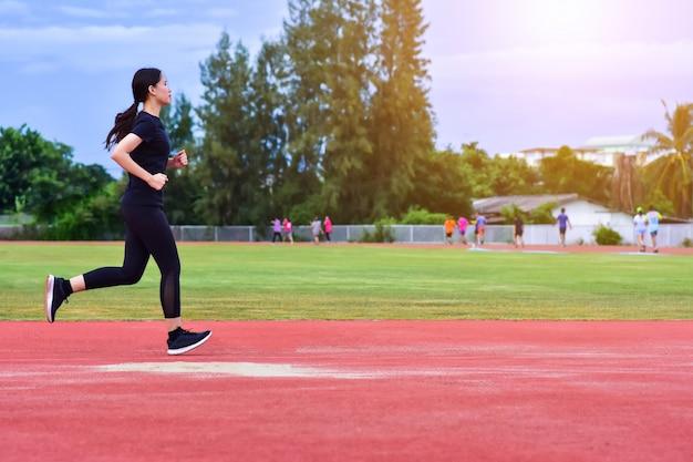 日光で夜に走っている女性