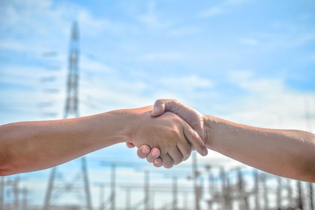 握手する人々は団結の意味を伝えるビジネス協力の成功チームワーク