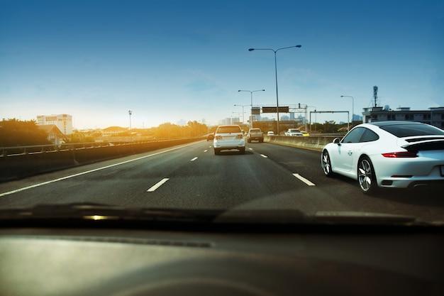 高速道路を運転する車