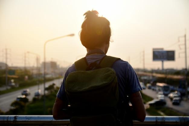 Мужчина держит камеру для съемки на дороге