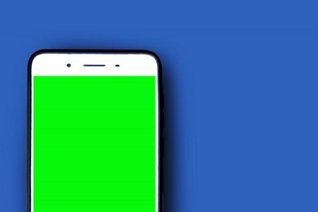 青のスマートフォンの緑色の画面