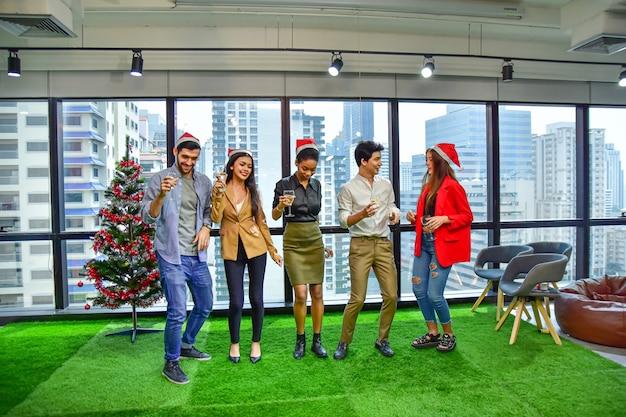 Бизнес офис команды празднуют рождество с новым годом