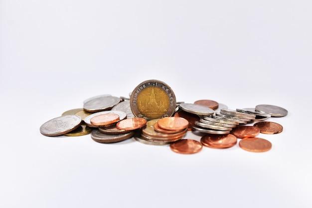 Тайские бат монеты. концепция деньги финансы бизнес валюта монета изолированные инвестиции