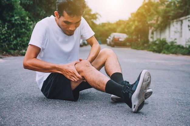 実行中またはジョギング中の男性の膝の痛み