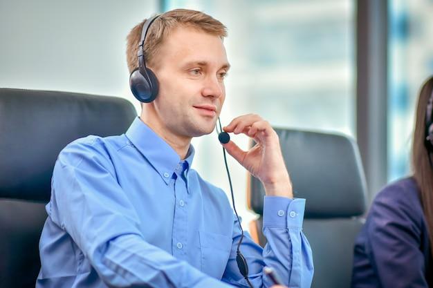 顧客とのヘッドフォン契約通信を使用したコールセンター