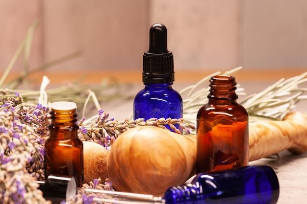 Лавандовая ступка и пестик и флаконы с эфирными маслами для ароматерапии
