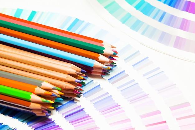 Цветные карандаши и таблица цветов всех цветов