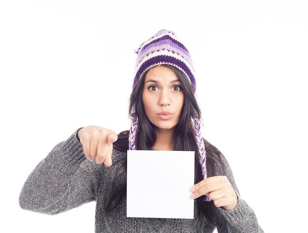 Портрет молодой женщины со свитером и перуанской шляпой из шерстяной таблички