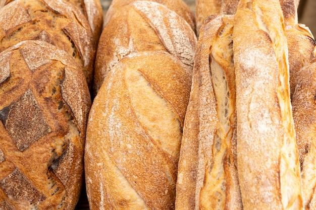 サワー種で作られ、薪の火で調理された田舎のパンとオーガニックのバゲット