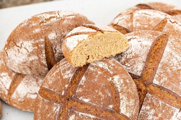 Органический деревенский хлеб, приготовленный на закваске с различными злаками и приготовленный на дровах