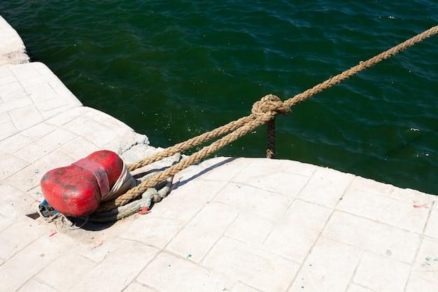 ボラードと係留ロープ