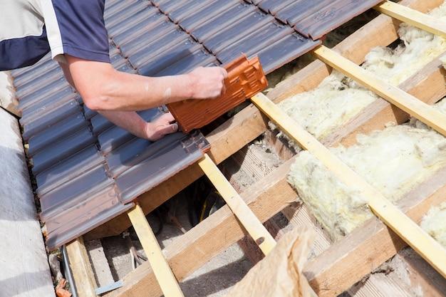 屋根の上にタイルを敷設