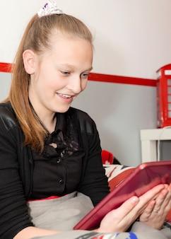 デジタルタブレットを持つ少女