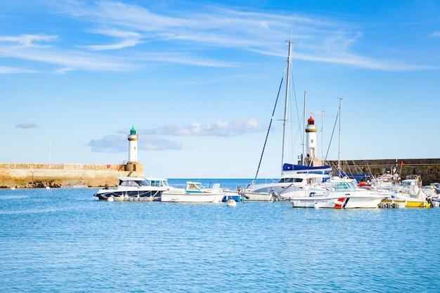 モルビアンのフランスの島ベルパールイルアンメールで町の港ルパレ