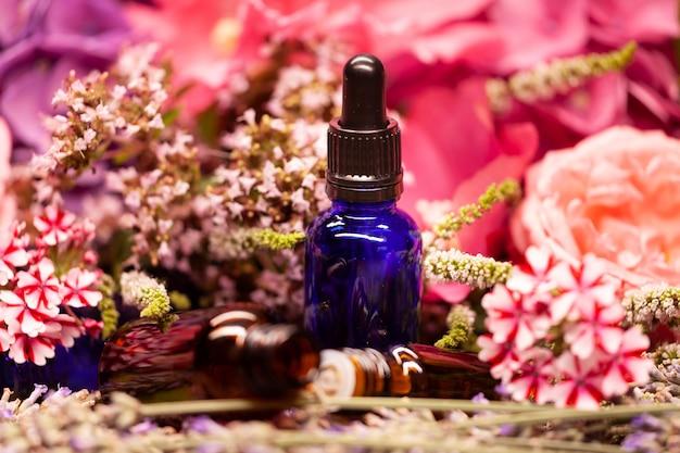 アロマテラピーのためのエッセンシャルオイルの花とボトル