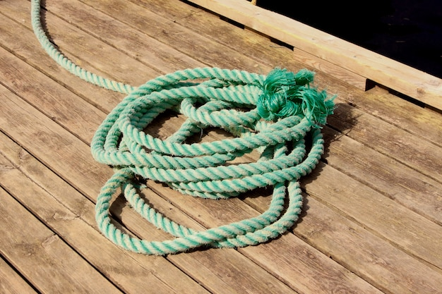 ボートを桟橋に係留するためのロープ