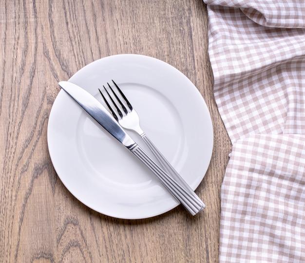 白い木製のテーブルの上皿を模擬