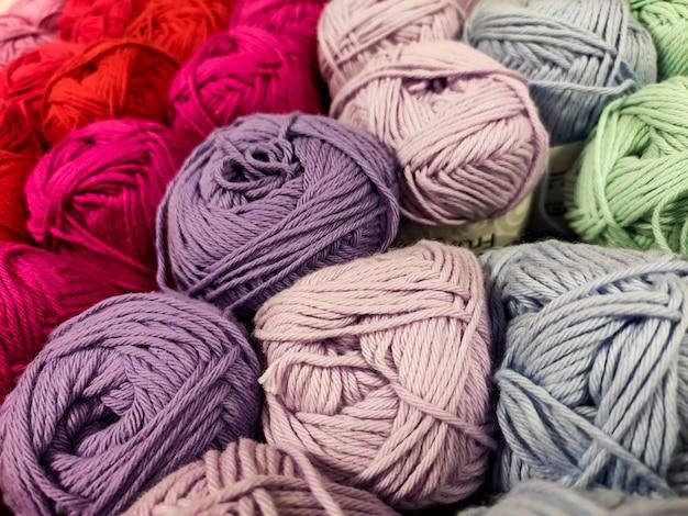 マルチカラーの糸。さまざまな色合い。柔らかい。