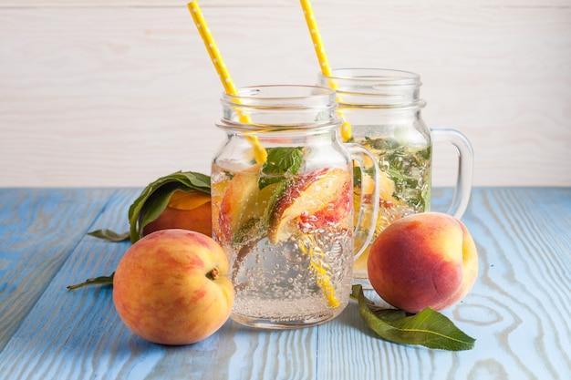 Домашний лимонад из спелых персиков и холодной свежей мяты.