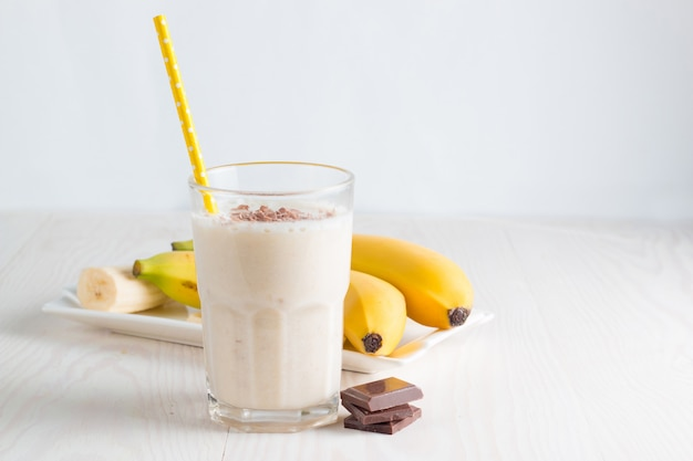 Свежеприготовленный банановый смузи или молочный коктейль