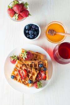 Свежие ягоды бельгийские вафли с медом