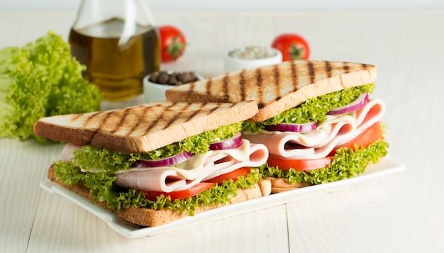 クラブサンドイッチのクローズアップ写真。