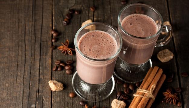 木製の背景にチョコレートを振る。