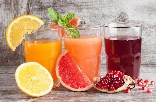 ザクロ、グレープフルーツ、オレンジジュースのグラス