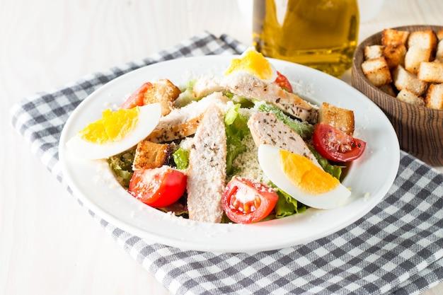 Свежий салат цезарь