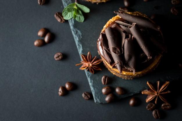 ブラックボードにチョコレートケーキ