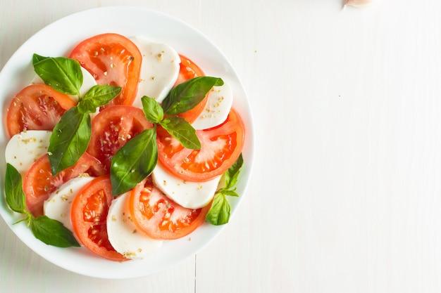 トマト、バジル、モッツァレラチーズのカプレーゼサラダ。