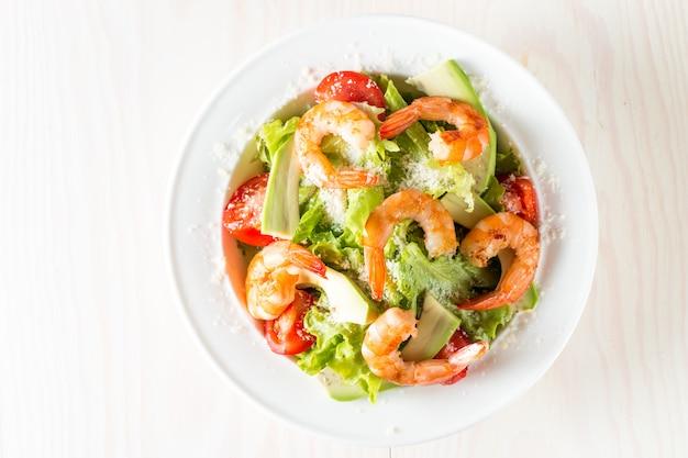 トマト、ルッコラ、アボカド、エビの新鮮なエビのサラダ。