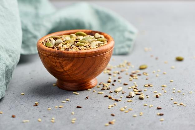 Здоровые семена в деревянной миске