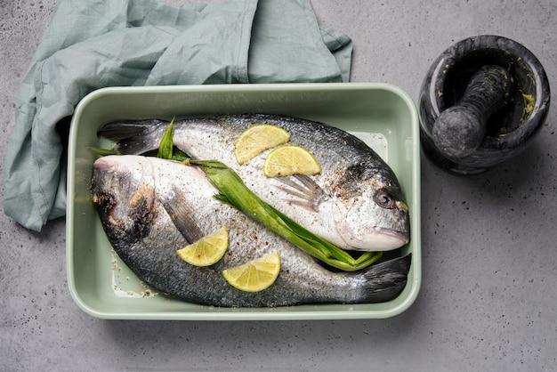 Две рыбы дорадо в форме для выпечки