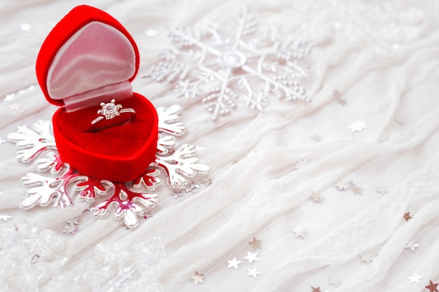 Обручальное кольцо с бриллиантом в красной подарочной коробке на белом