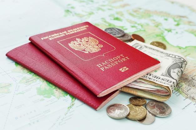 パスポート、お金、地図と旅行の背景。旅行、旅行のシンボルです。