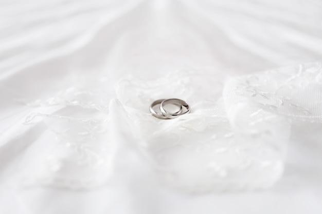 白いレースの黄金の結婚指輪
