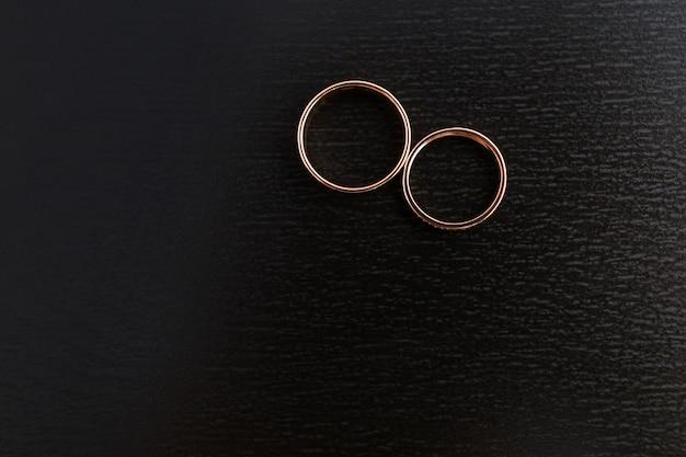ダイヤモンドと金の結婚指輪のペア
